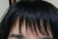 前髪をご覧の通りめちゃめちゃすかれすぎました。もう二度と千円カットは使用しないと心に誓いました。 写真だとまだマシですが、実物髪が薄い人のような感じで貧相に見えます。 対処法として ピンでとめてます...