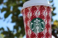 コーヒーを飲む女子高生。 女子高生がスタバでコーヒーを飲んでいる時に飲み口にピンク色の口紅が付いていたら引きますか?どう思いますか?