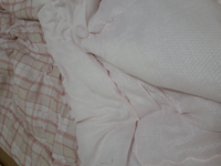 肌掛けは羽毛布団の代わりになりますか? 敷布団が欲しくて3000円のシーツ付き敷布団を買ったつもりが、ついていたのは夏場の掛け布団にも少し厚手ではないかというくらいの肌掛けでした。 掛け布団は羽毛布団を6年使いましたが、ダニのことを考えたらこれで代替できるなら羽毛布団らもう捨てようかなと迷ってます。 こんなかんじの肌掛けなんですが、冬毛布を上と下にかけたら十分あったかいでしょうか? 材質はポ...