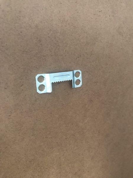 IKEAで50×70の額を買いました! 壁に飾りたいのですが額の後ろにあるこれはどう使うんですか? 結構重たいので壁に飾るのは難しいですかね?