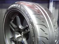 タイヤのブロックパターンで、  なんで、 オートバックスとかの安物タイヤの方が細かく溝があって、  値段が高いタイヤは、ザックリとしか、溝がないの?