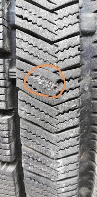 パンク修理しているかを写真で判断お願いしたいです。スタッドレスタイヤを中古で購入しました。 これはパンク修理後でしょうか?  もし、写真で判断できない場合、判断方法がわかる方がいれ ば教えてください。