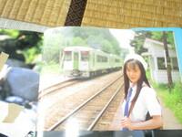 駅名を教えてください 約25年前に発売された美少女写真集の1カットですが何線の何駅でしょうか 電車の車体の色や駅舎の形からわかる人もいるのではと思いまして・・・ 車体の色は抹茶色に近いです