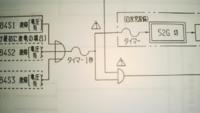 電気設備図面のフローチャート記号(Mil記号)について教えてください。 画像図面において、Dのような記号(A記号と呼びます)と、Dの文字中を横線三線で貫いている記号(B記号と呼びます)があります。  これらA記号とB記号の違いを教えてください。  またこれらを説明しているサイトがあれば、お教えください。