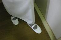 上履きをスリッパとして家で履いている人はいますか。  上履きはフローリングの所だけ履いています。  畳.ラグ.カーペット.マット.の所は脱ぎます。 トイレは上履きを脱いでトイレ用スリッパに履き替えます。  この上履きです。