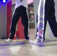 身長166cm細身の女です。adidasのメンズのパンツを画像くらいダボっと着たいのですが、MサイズとLサイズのどちらを買うべきですか?