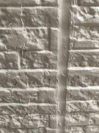 現在、外壁のコーキング、塗装工事を依頼、工事中です。 まだ途中ですが、コーキングのはみ出しや塗装ムラがあるためとても気になっています。  サイディングボードの隙間から写真の程度はみ出していても問題ない...
