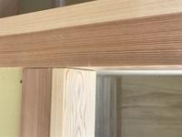 柱と柱の隙間 新築中です。押入れの柱。こんなに隙間が開くものでしょうか?床柱も隙間。鴨居と柱も隙間。木造平屋。これって普通ですか?素人ですが、普通にみえません。