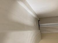 引き戸の下レールの端っこなんですが、画像のように隙間があるのは当たり前なのでしょうか? 新築戸建ですが所々雑な仕上がりです。 見づらいですが画像は上から撮ったやつです。