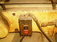 昔の機械のスイッチやコードにはアスベストが使われているのか? ・・・  昭和50年以前の機械だと思いますが、スイッチの上から伸びている電源コードに石綿状のタコ糸のような形状の物が巻かれています。 スイッチ分解して中を見ると、動線がむき出しになっている部分から動線をネジ止めする部分近くまで白いタコ糸形状の石綿が巻かれています。 石綿の質感は見慣れているので外してないと思うのですが、石綿...