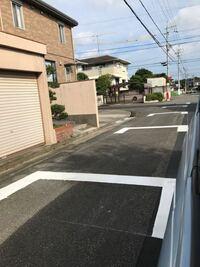 交通ルールで、このマークの道路の交差点はどうするのですか?