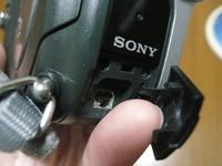 パナソニックDVDプレイヤーとビデオカメラ(ソニーDVD403)の接続ケーブルについて。  ビデオカメラをDVDプレイヤーに接続して 動画を取り込みたいんですが適合するケーブルがわかりません。 DVDプレイヤーはUSBでビデオカメラはA/Vケーブルだと思うんですが。。。  分かる方はよろしくお願いします。