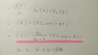 微分方程式 解き方 画像の微分方程式の解き方が分かりません。 マーカーをひいた[A]の式を、上の2式から求めたいのですがなかなか解けません。 分かるかたいらっしゃいましたら教えてほしいです。 (積分範囲は0~t)