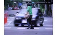 信号機のない横断歩道や交差点横断中の右折・左折車を停めようとして 車に手や体に当てられたことが 当たりや行為  と見なされてしまうことってあるのでしょうか? もし本当に渡りたいので渡ったということを証...
