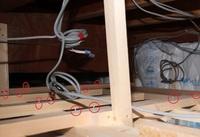 天井裏について 現在全面リフォーム中です。 一階LDKの天井内の様子ですが、赤丸箇所すべて釘が下から突き抜けていますが、これって大丈夫なのでしょうか? 周りには電線も走っているので傷がついたりしない...