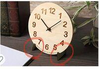 掛け時計を置き時計として固定する方法 賃貸に住んでいます。掛け時計を持っているのですが、壁に穴が開けられません。 本棚の上に置きたいと思っているのですが、グラグラし、画像のようなストッパー(赤丸)を探...