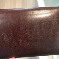 ワイルドスワンズのウェイブのサドル革財布を使っています。汚れを落とそうとしてステインリムーバーで擦ってしまいました。画像を載せますがこれは修復可能でしょうか?|ω-`*)シュン