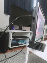 テーブルにテレビを設置したいのですが、どうやって固定したら良いですか? 16型?の小型テレビを買ったのですが、持っているテレビ台にはデスクトップパソコン27インチを置いて使っていて、置けません。 小型な...