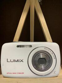 カメラ好きの方にお願いします 5歳の時にカメラを買ってもらったのですが 久々に出してみて売ろうかなと思い、値段を調べようと思ったのですが型番などが分からず困っています カメラに詳しい方よろしくお願いします それに似たものを見たら40000程で売られていました。