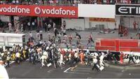 F1のフォーメーションラップが始まると、スタッフ達はこぞってガレージに戻ろうとしますが、もしフォーメーションラップが始まってもスタッフ達がガレージに戻らずコース脇に立ったまま微動だにしないままF1マシ...