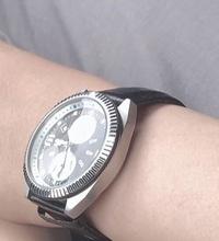 彼氏に腕時計を誕生日プレゼントで渡したいのですがビジネスマンなのでどーゆーものをあげればいいのかわかりません… 今つけてるものを参考にしたいのですが、写真の腕時計はどこのブランドで どのくらいの値段なのかわかる方教えてくれませんか
