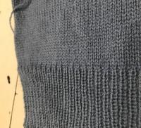 機械編みについて。 リブ機でゴム編みを編んだ後、 シングルベッドに移して平編みを編むんですが、リブと平編みのさかいが自然に繋がらず、いつもリブの方が飛び出たようになってしまいます。 既製品と比べて違...