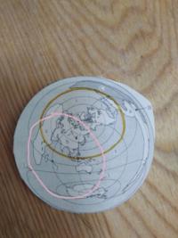 至急 本初子午線の位置 黄色は赤道で、ピンクが本初子午線であってますか?? よろしくお願いします。
