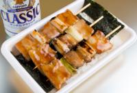 焼き鳥弁当を食べるときは、  ・先に串を抜いて、ご飯と一緒に頂くものですか?  ・串のまま焼き鳥を食べて、後からの焼き鳥味のご飯を食べるものですか?