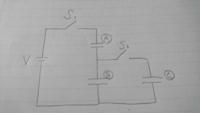 写真のような回路でS1をとじて十分時間がたったあとS1を開いてS2を閉じるとコンデンサーCに蓄えられる電気量とCの電圧を教えて下さい。 コンデンサの電気容量それぞれA:C B:3C C:Cで電池の起電力はVです。
