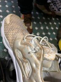 白い靴が靴箱に入れてたら写真のように変色してしまいました。何故このようなことになったのか、またこの変色を綺麗に落とすことはできるでしょうか??どなたか教えてください!!!