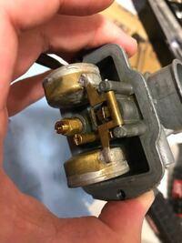キャブレターのオーバーフローについて。 さりげなくキックしようとしたら下にガソリンがたれてました。外して分解するとこのような状態です。はじめての燃料漏れなのでどこが悪いですか?
