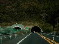 片側一車線の道路なのに写真を見ると、何でトンネルが二本あるのですか