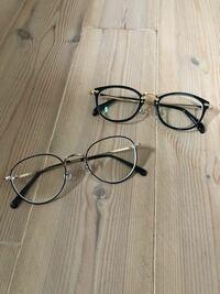 大学生です!メガネをかけております。 質問なのですが、どちらのメガネが女子ウケしますか? 人それぞれなのはわかりますが、オシャレと思われたいですし、モテたいです。。  教えてくださいっ