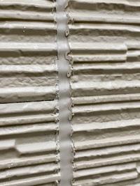 サイディングボード外壁材で、先にシーリング工事、後から塗装(下塗りなしで、➤1回目····Vシリコンマイルド・色つき(弱溶剤·二液性) ➤2回目····SBライズコート アクアsi(水性·一液性))と、通常 の工程と違う変な塗り方をしていたので、今、業者と揉めてます。  外壁塗装にお詳しい方にお聞きしたいのが、 上記のような塗装の仕方をした場合、今後外壁材はどうなるかという点と、 ...