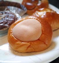 クリームパンのレシピについて。 画像のようなクリームパンで、真ん中についてる生地は何ですか? 可能であれば作り方も知りたいです。