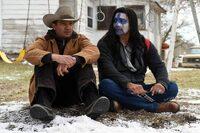 映画ウインドリバーの娘を殺されたインディアンの父親役の俳優の名前を知りたいです。彼は本当にネイティブアメリカン系の人なんでしょうか?  右側の人です