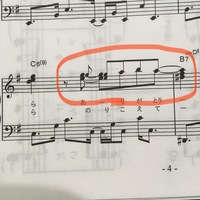 ピアノ譜の音符が重なっている部分の弾き方を教えてください。  同じ場所、かつ同じ音階に音符が重なっていますがこれはどういう意味があってこのように表記されているのか、教えてください。
