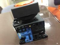 スイッチ 写真のスイッチは青がNOと記載があります。 スイッチ押すと接点がクローズして電気が流れる と思いますが、黒の部分も同様に配線できますが、 どのように使えばいいのでしょうか?