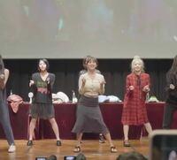 TWICEがファンの前(?)で 地味な服装で踊っている動画をよく見かけますが、 これは私服なのでしょうか?