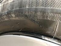 タイヤの側面を縁石にぶつけてしまい こういった傷がついてしまいました。  この場合はタイヤを交換した方がやはりいいのでしょうか?
