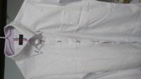 喪服のワイシャツ、これはどうなんでしょうか。 明後日、私の祖父の四十九日で喪服を着ます。 喪服用のワイシャツはクリーニング中なので、夫はこのワイシャツを着ていくようです。 お通夜・告別式の参列者には、ブーツや白い服、肌色ストッキング、白靴下など(全員30〜50代)の人もいて、夫はこのくらいのワイシャツは良いんじゃないかと思ってます。 私はこのワイシャツはカジュアル過ぎ(襟のボタン・ボタン穴の...