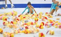 羽生結弦選手が滑り終わった後プーさんシャワーをたくさん投げつけてるのはスケートリンクを傷つけてメダルを羽生ゆづる選手になるべくゆづる為に次の選手にメダルを羽生ゆずれないようにするためですか?