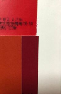 Illustratorの色(カラー)について。CMYKの%をどのくらいに調整すれば良いか教えてください。 イラレ初心者で、自己流でほんの少し使える程度です。  画像の3色の赤色で 上の色に近い赤色にしたいのですが、CMYKの調整がよくわからなくて こんなものかな?とオンデマンド印刷で2回も試してみて、2回とも全く違う下の赤色で失敗。  画像の上の赤色は、CMYKの%をどのくらいにすれば近くな...