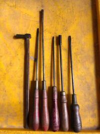 この工具類のメーカーはわかりますか? 倉庫から出てきました。  まだプラスドライバーがないころ?のもの?  60年以上前のものだと思いますが、かちあるものなのでしょうか?  作りがすごく良いのです。