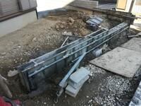 家の外周のフェンスの基礎のコンクリートの中に鉄筋が入っていないのですが、強度的に問題ないでしょうか? 奥のフェンスがある箇所は鉄筋が入っていて、作成中のL字の範囲は鉄筋がないです。 鉄筋入れないとい...
