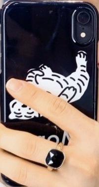 このスマホケースはどこのものですか?もしくはこの白いトラは何という商品名(ブランド名?ロゴ名?)なのでしょうか 韓国の方が使われていました