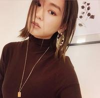 ネックレス、どのくらいの長さをよく使いますか? 写真のネックレスのように長めを買おうか迷ってます。 普段、何センチくらいのネックレスをよく使うか教えてください。 よろしくお願いしま す。