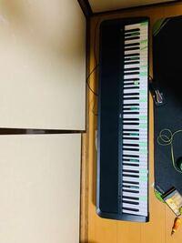 KORGのb1という電子ピアノを使っているのですが 急に写真のテープが貼ってある鍵盤の音が出なくなってしまいました原因はなんだと思われますか?  私の考察だと、鍵盤内部スイッチの接触不良か 壊れた鍵盤の位置が定期的なところから内部モジュール(コンピュータ?音を出すための媒体)の故障だと思います 皆さんの知識をお貸しください。 お願いします。