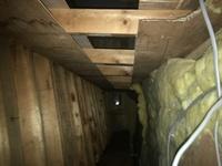 天井裏断熱(屋根裏断熱)についてアドバイスをお願いします。  北海道で築30年の二階建ての家にて、画像にあるように天井裏には断熱材が敷いてあるのですが(写真見づらくてすみません、縦横 逆になってしまい...