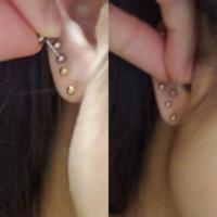 左耳3 右耳2 ピアス穴空いてますが 左の下から2と3番目の間が空いてるのが 気になってるので、写真のように開けようか迷ってます。。左の写メのように開けると今度は1と2番目の間が空いてるようにみえてしまいます. 右写メにするとあける位置間違えたのか?と思われそうなのです..  ピアスはすべて同じサイズです  どちらがいい感じですか? もしくはこれ以外に良い場所がアレば教えて下さい!